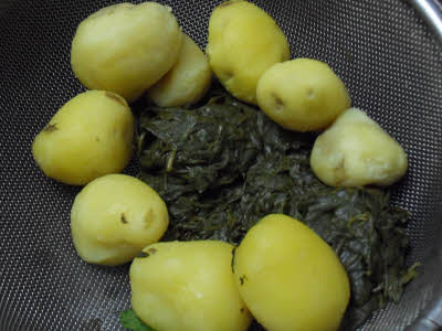 Boiled potatoes and bathua