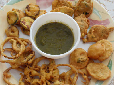 Serve Pakori hot with green chutney