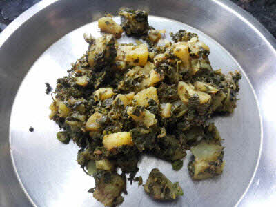 Prepare the stuffing for methi parantha