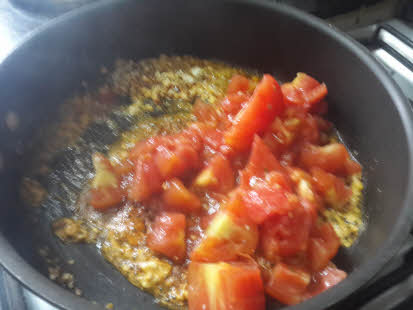 Make tomato curry